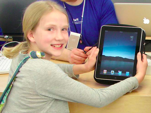 Sarah 上 iPad Launch Day in Portl和, Maine